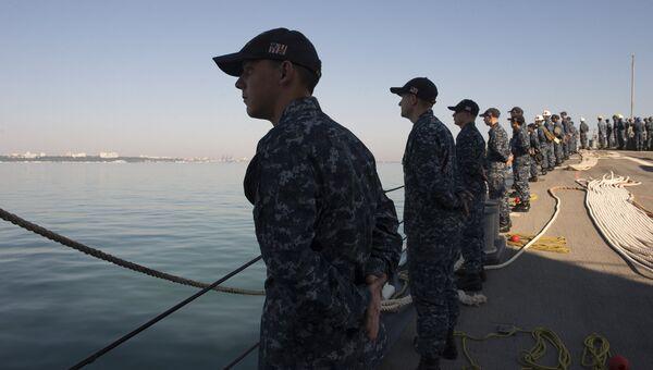 Члены экипажа американского эсминца USS Carney на палубе корабля. Архивное фото
