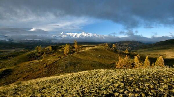 Вид на Курайскую степь в Республике Алтай