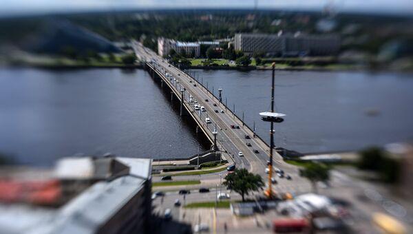 Каменный мост через реку Даугаву в Риге. Латвия. Архивное фото