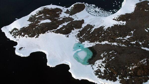 Образование бирюзового озера в результате таяния снега около мыса Фольгер на побережье Бадда