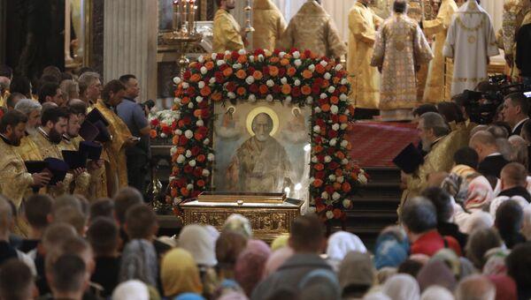 Богослужение в Свято-Троицком соборе Александро-Невской лавры, куда доставили ковчег с мощами святителя Николая Чудотворца