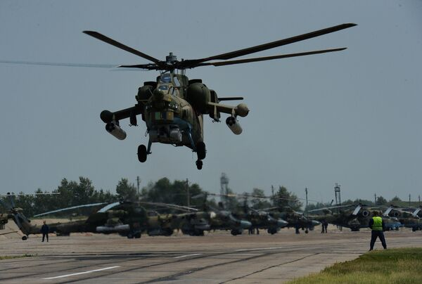 Вертолет Ми-28 во время учений отдельного вертолетного полка на аэродроме Черниговка в Приморском крае