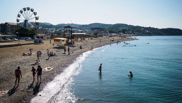 Отдыхающие на пляже в посёлке Лермонтово. Архивное фото