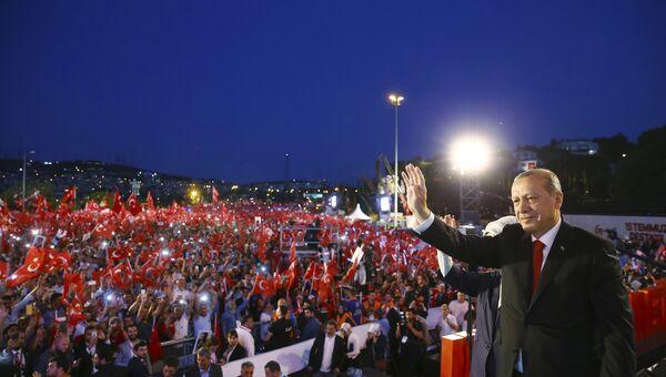 Президент Турции Реджеп Тайип Эрдоган во время митинга в честь неудачной попытки государственного переворота. 15 июля 2017