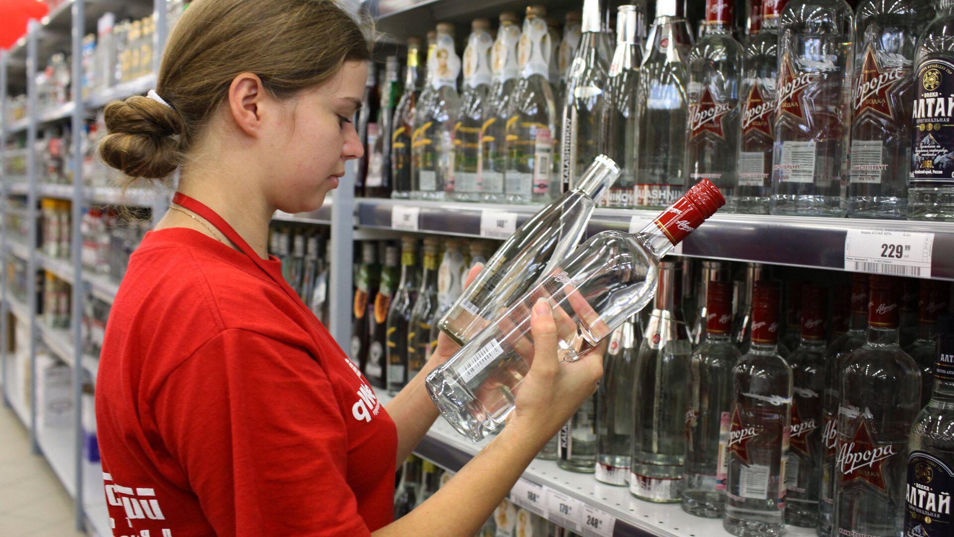Сотрудница супермаркета в алкогольном отделе - РИА Новости, 1920, 15.12.2020