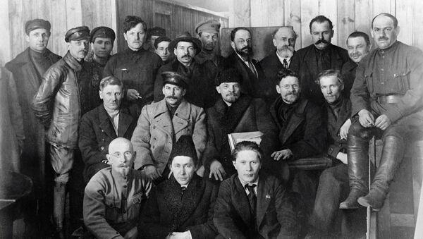 Иосиф Виссарионович Сталин, Владимир Ильич Ленин и Михаил Иванович Калинин среди делегатов VIII съезда РКП (б)