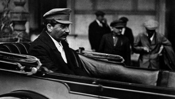 Сталин в автомобиле у Большого театра. 1926 год