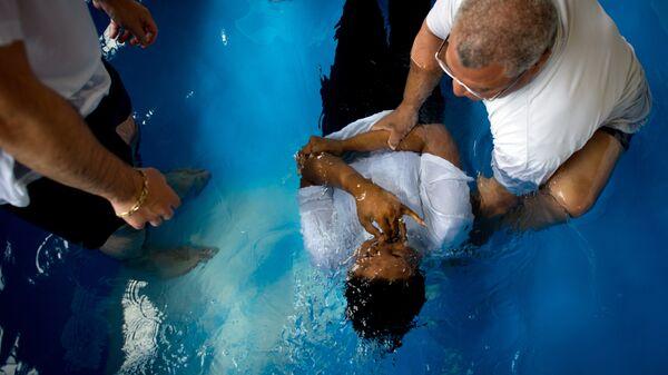 Обряд крещения Свидетелей Иеговы. Архивное фото