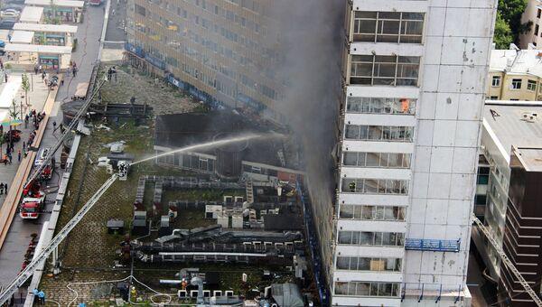 Сотрудники противопожарной службы на тушении возгорания в высотном здании на улице Новый Арбат в Москве