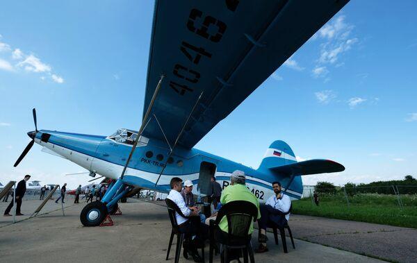 Посетители у самолета ТР-301 на Международном авиационно-космическом салоне МАКС-2017 в Жуковском