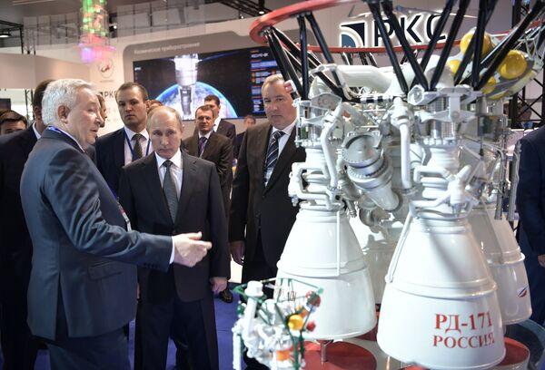 Президент РФ Владимир Путин во время посещения XIII Международного авиационно-космического салона МАКС-2017
