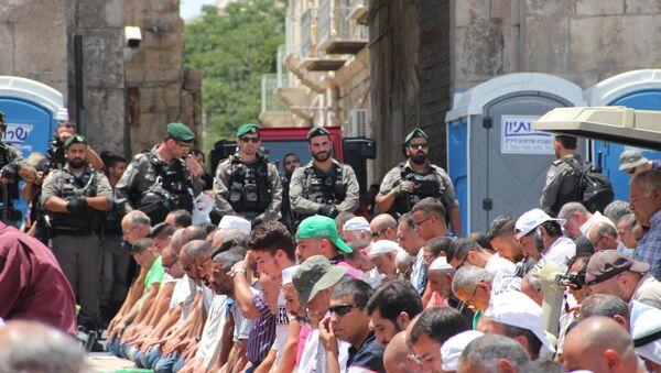 Мусульмане молятся у Львиных ворот в Иерусалиме
