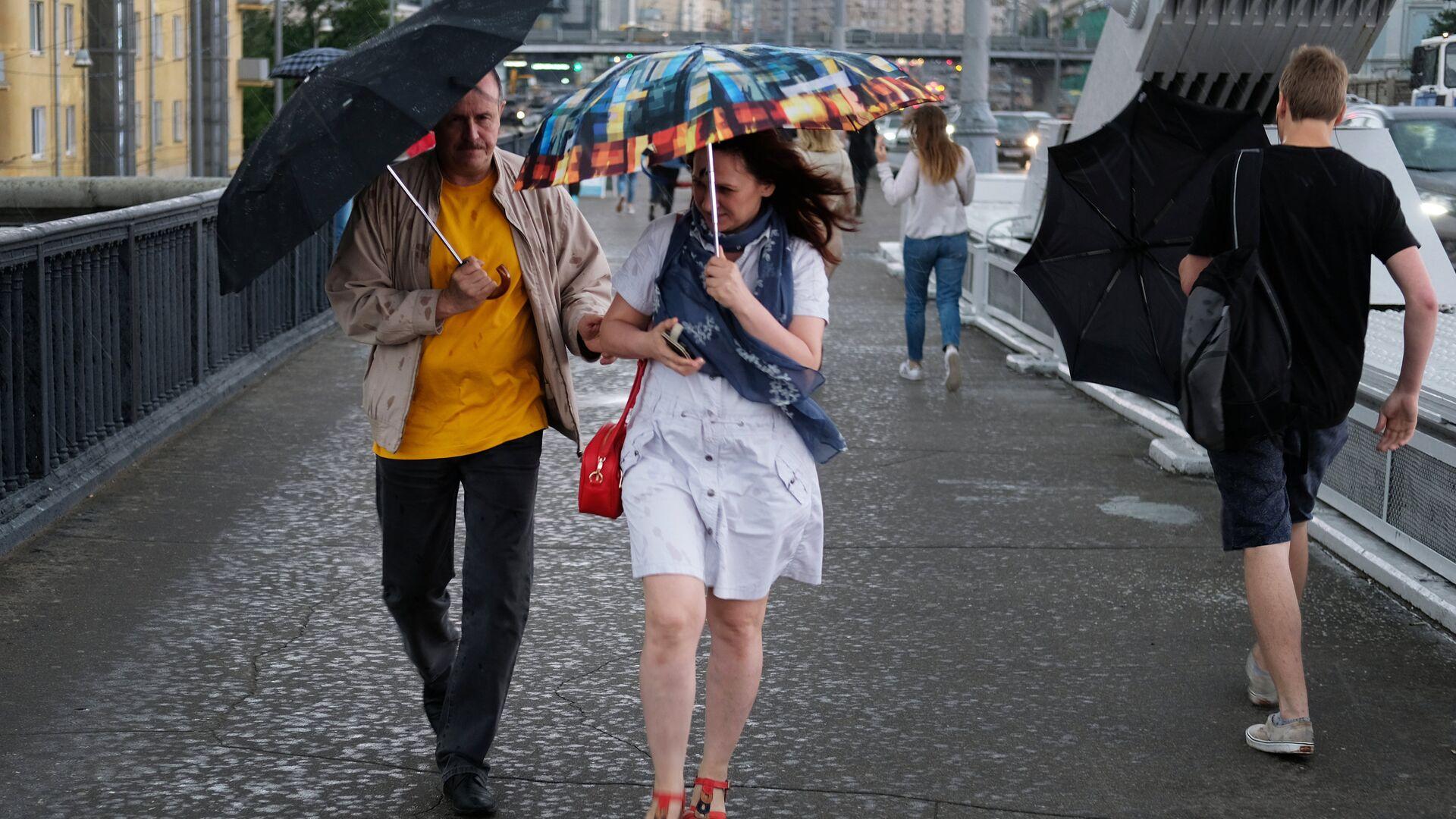 Прохожие на Крымском мосту во время дождя в Москве - РИА Новости, 1920, 12.06.2021