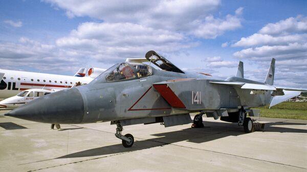 Сверхзвуковой многоцелевой истребитель-перехватчик вертикального взлета и посадки Як-141. Архивное фото