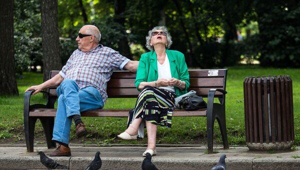 Пенсионеры в парке Сокольники.