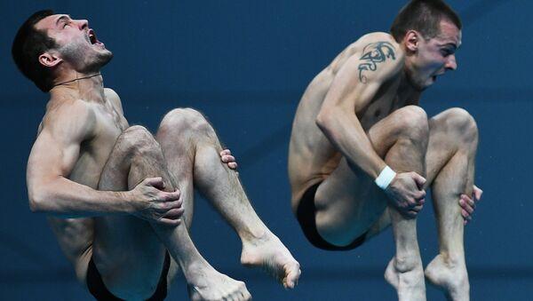 Александр Бондарь и Виктор Минибаев (Россия) в финальных соревнованиях по синхронным прыжкам в воду с вышки 10 м среди мужчин на чемпионате мира FINA 2017
