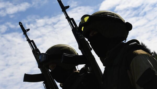 Военнослужащие с автоматами. Архивное фото