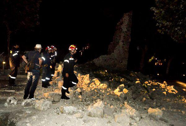 Пожарные на месте разрушений после землетрясения на острове Кос, Греция. 21 июля 2017