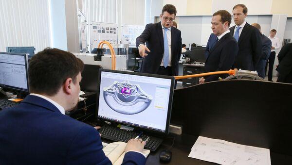 Председатель правительства РФ Дмитрий Медведев во время посещения НАМИ. 21 июля 2017