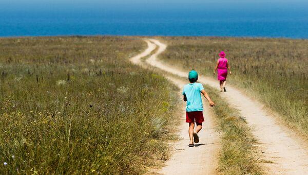 Отдыхающие на дороге к морю на мысе Тарханкут в Крыму