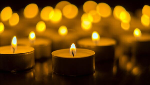 Зажженные свечи. Архивное фото