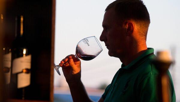 Посетитель винно-гастрономического фестиваля In Vino Veritas в Коктебеле. Архивное фото