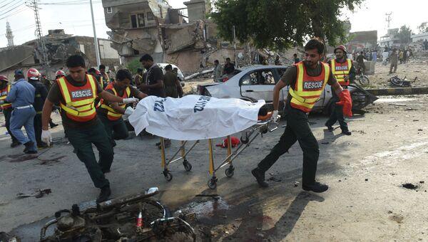 Пакистанские спасатели на месте взрыва в Лахоре. 24 июля 2017