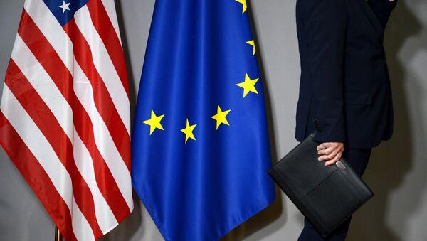 Флаги США и Европейского совета в Брюсселе. Архивное фото