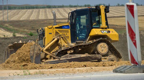 Дорожная техника на строительстве участка трассы Таврида и автомобильных подходов к мосту через Керченский пролив. 26 июля 2017