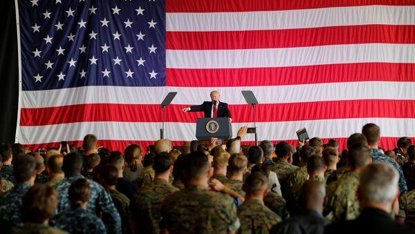 Президент США Дональд Трамп перед военнослужащими США на военно-морской базе Сигонелла. 27 мая 2017