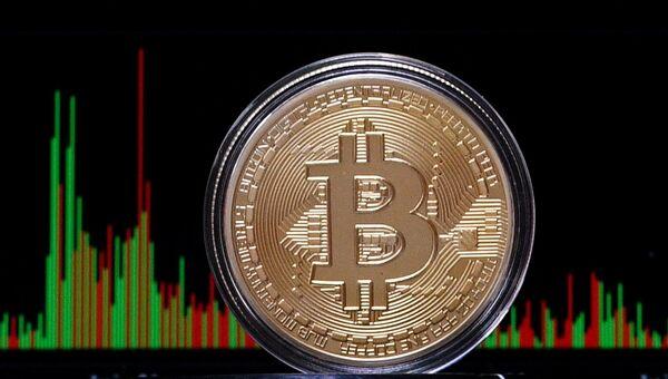 Сувенирная монета криптовалюты биткойн. Архивное фото