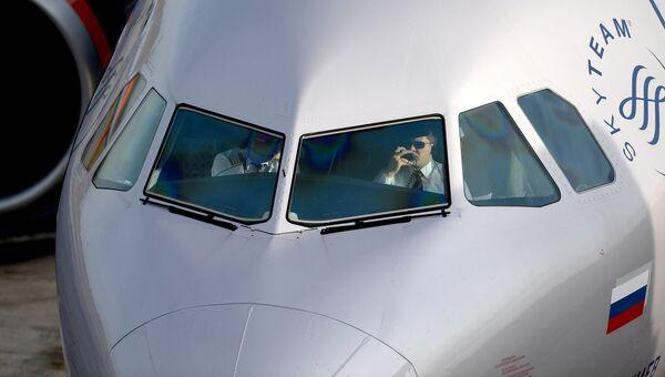 Пилоты в кабине самолета на стоянке в аэропорту. Архивное фото