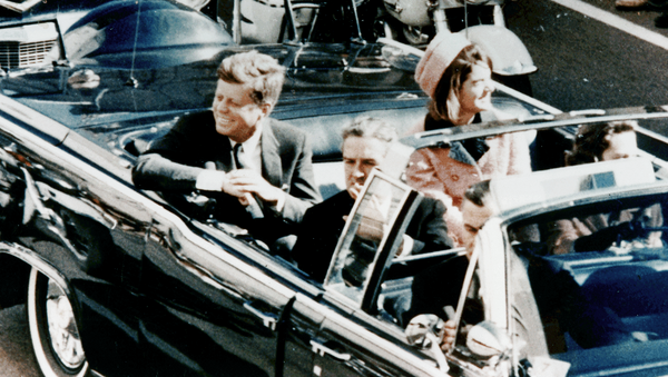 Джон Кеннеди с супругой в аэропорту Далласа, незадолго до убийства