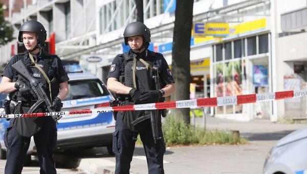 Немецкие полицейские на месте нападения в супермаркете Гамбурга