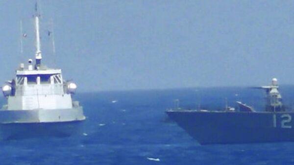 Иранское судно вплотную приблизившееся к прибрежному патрульному кораблю США USS Thunderbolt