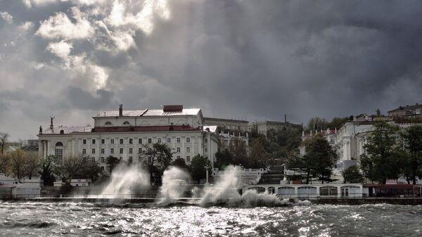 Сильный шторм в Севастополе. Архивное фото