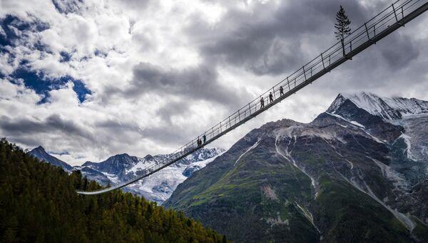 Висячий мост для пешеходов длиной почти 500 метров в швейцарском кантоне Вале