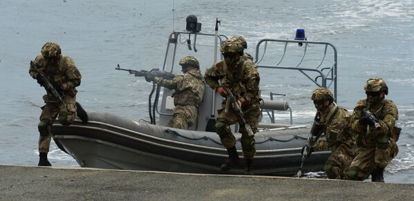 Высадка бойцов морского спецназа во время парада кораблей и военно-спортивного праздника по случаю празднования Дня Военно-морского флота России во Владивостоке. 30 июля 2017