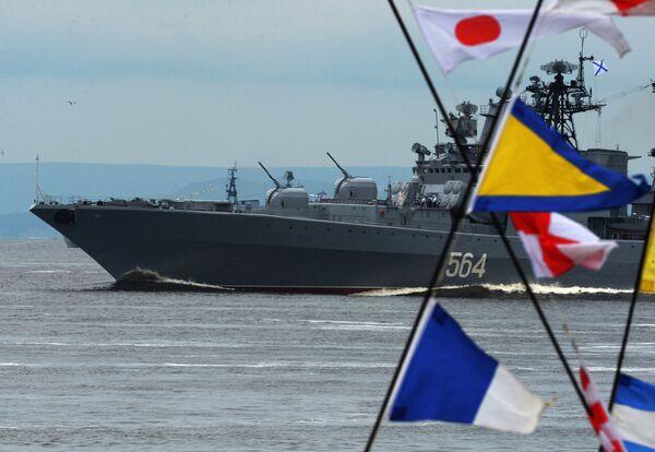 Большой противолодочный корабль Адмирал Трибуц во время парада кораблей, посвященного Дню Военно-морского флота России, во Владивостоке. 30 июля 2017