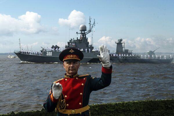 Малый противолодочный корабль — корвет Зеленодольск во время парада в честь Дня Военно-морского флота России в Кронштадте. 30 июля 2017