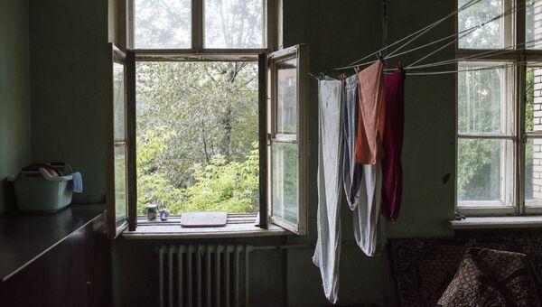 Белье сушится в комнате жилого дома в Северо-Западном административном округе города Москвы