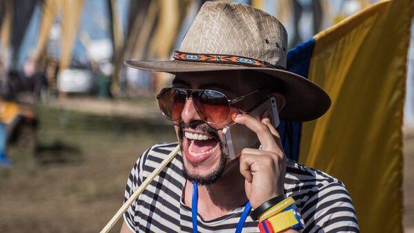 Молодой человек с мобильным телефоном. Архивное фото