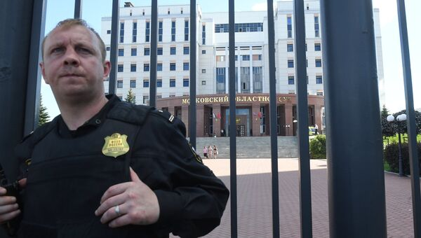 Сотрудник ФСИН у здания Московского областного суда, в котром произошла перестрелка. Архивное фото