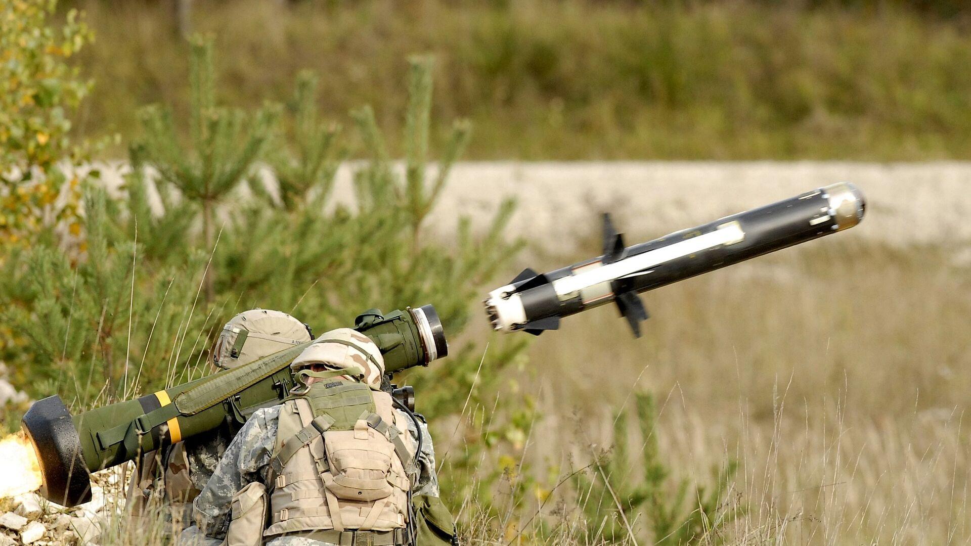 Американские военные производят выстрел из противотанкового ракетного комплекса (ПТРК) FGM-148 Javelin - РИА Новости, 1920, 03.08.2021