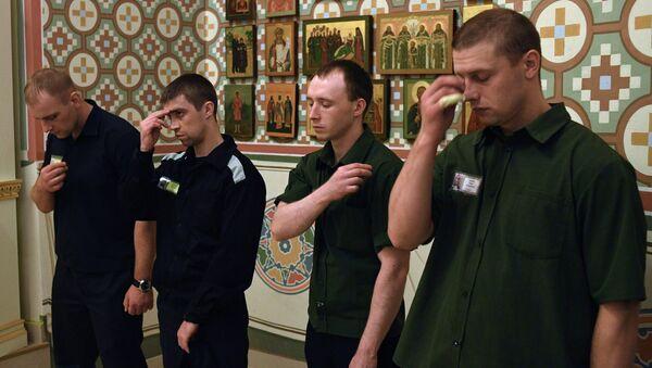 Верующие во время Крещальной литургии и молебна о совершении правосудия в церкви Покрова Пресвятой Богородицы Бутырского замка