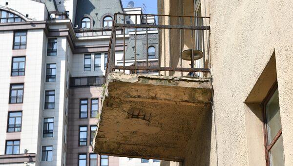 Балкон четырехэтажного жилого дома в Панфиловском переулке в Москве, включенного в программу реновации