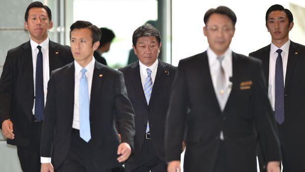 Недавноназначенный министр экономики и фискальной политики Японии Тосимицу Мотэги прибывает в резиденцию премьер-министра к началу заседания. 3 августа 2017