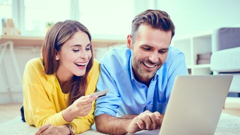 Молодая пара у компьютера