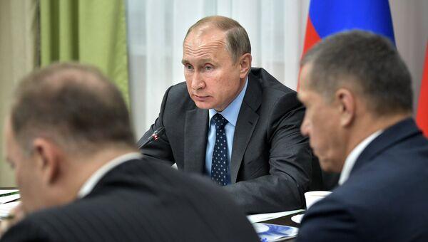 Президент РФ Владимир Путин проводит совещание в Дальневосточном федеральном округе во время посещения Нижне-Бурейской ГЭС. 3 августа 2017
