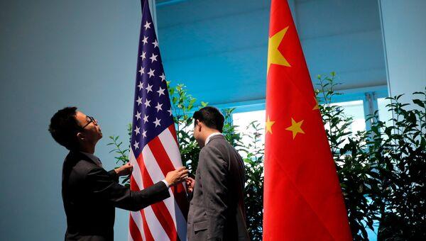 Флаги США и Китая на саммите G20 в Гамбурге